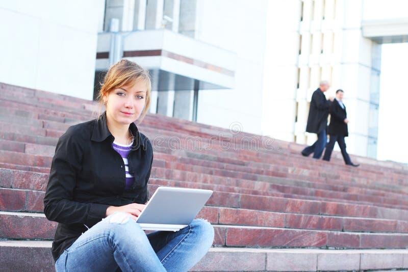 drabinowy dziewczyna laptop siedzi obrazy stock