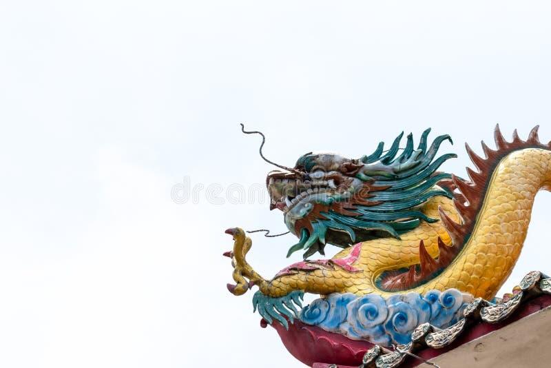 Drache auf chinesischem Tempeldach lizenzfreie stockfotos