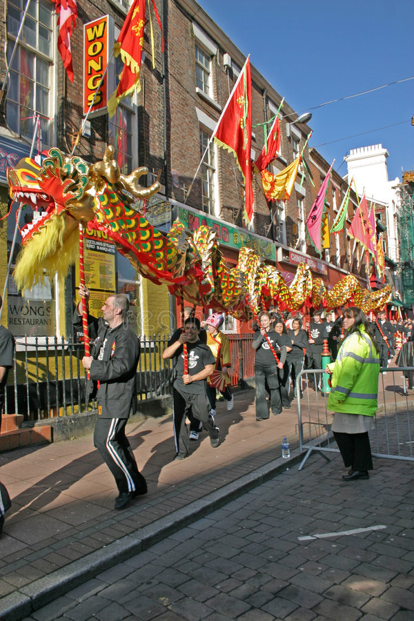 Drache-Tanz an den chinesischen neues Jahr-Feiern in L lizenzfreie stockfotos
