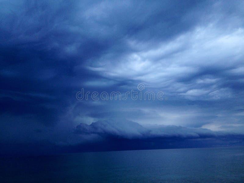 Drache unter den Wolken lizenzfreie stockfotografie
