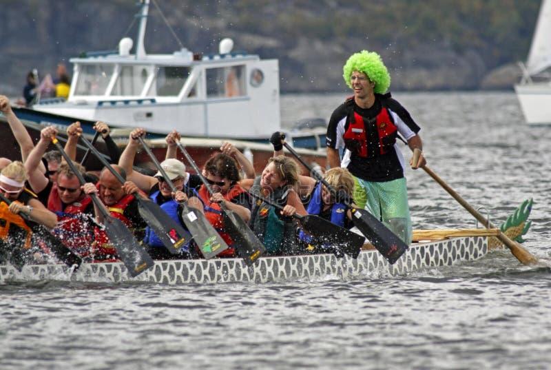 Drachebootsschleife steuert grüne Perücke stockfotos