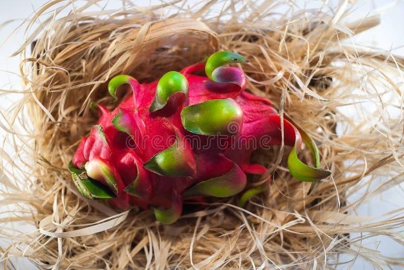 Drachefrucht auf dem Stroh lizenzfreies stockbild