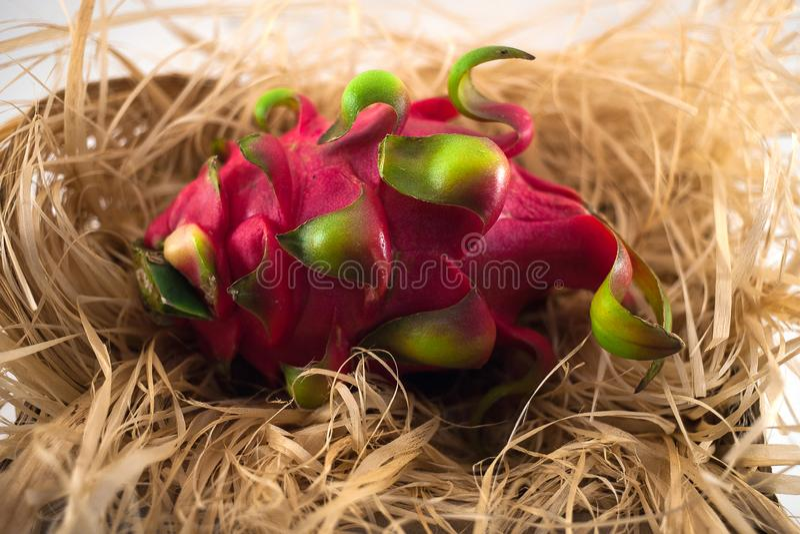 Drachefrucht auf einem Stroh lizenzfreie stockbilder