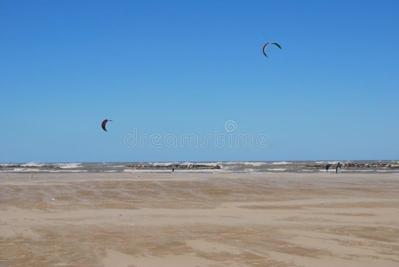 Pescara Strand drachen der auf den strand in pescara surft stockfoto bild