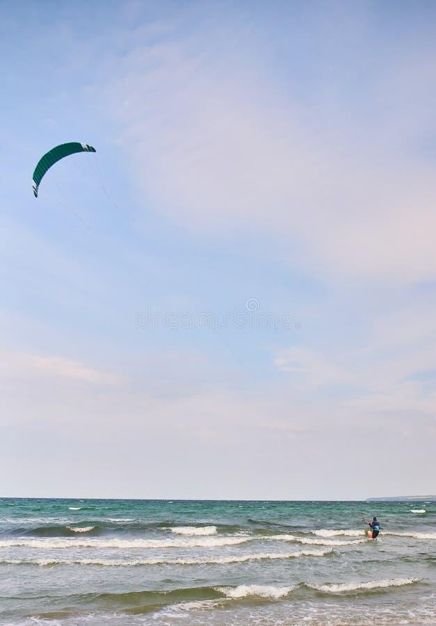 Drachen, der in das Meer surft stockfoto