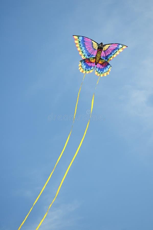 Drachen, der durch den Himmel läuft stockbilder