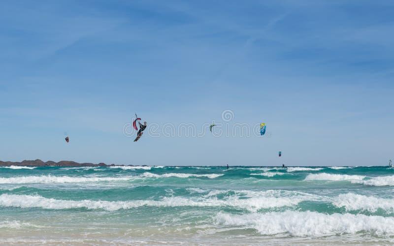 Drachen, der in Fuerteventura, Kanarische Inseln surft stockfotos