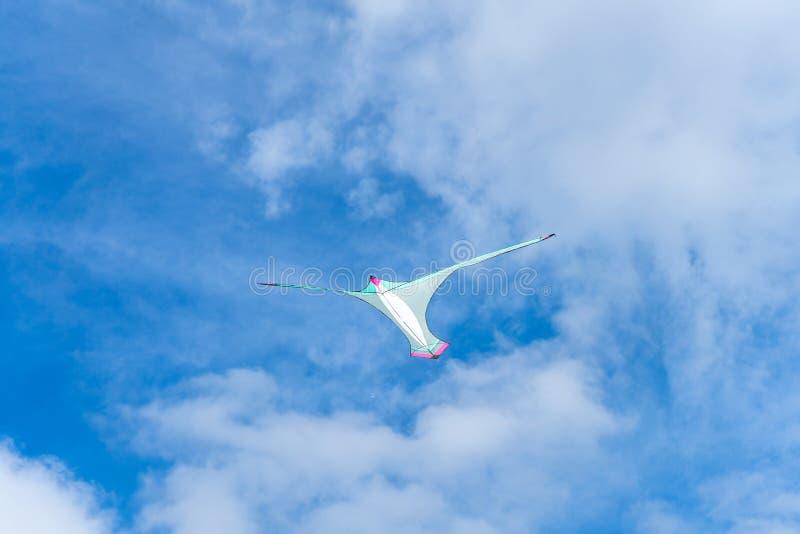 Drachen, die in den Himmel unter den Wolken fliegen Drachenfestival stockfotos
