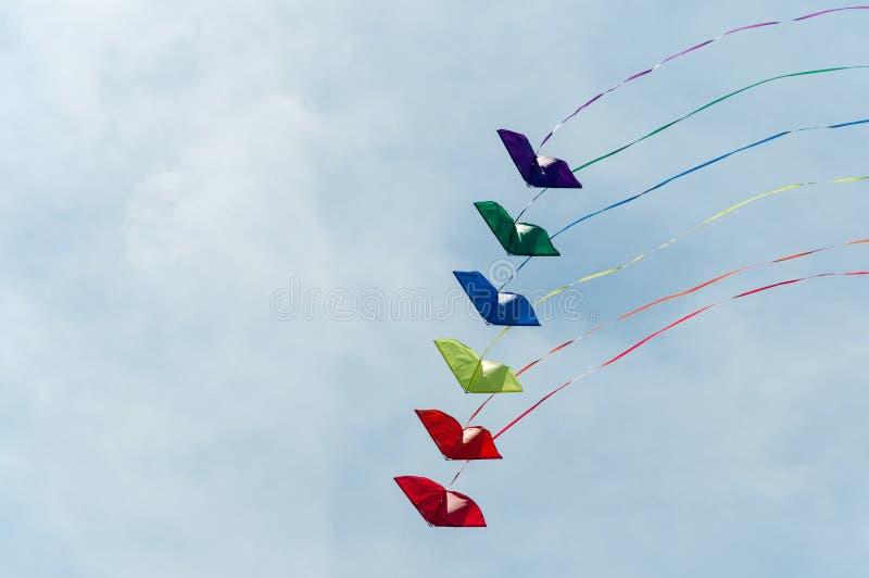 Drachen im Himmel lizenzfreie stockbilder
