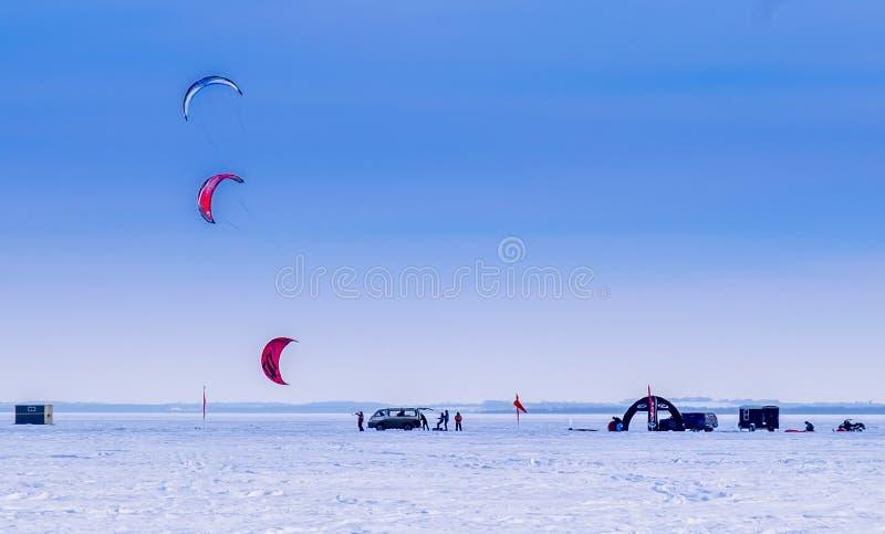 Drachen-Skifahrer auf einem gefrorenen Alberta See stockfotografie
