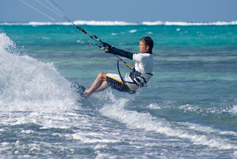 Drachen-Surfen lizenzfreie stockfotos