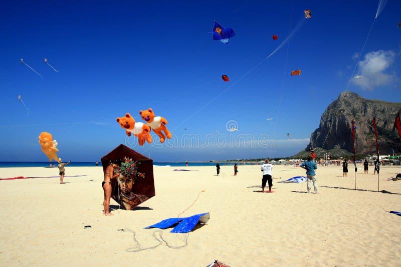 Drachenkonkurrenz Sommerstrand im San-Vito, Sizilien stockfotografie
