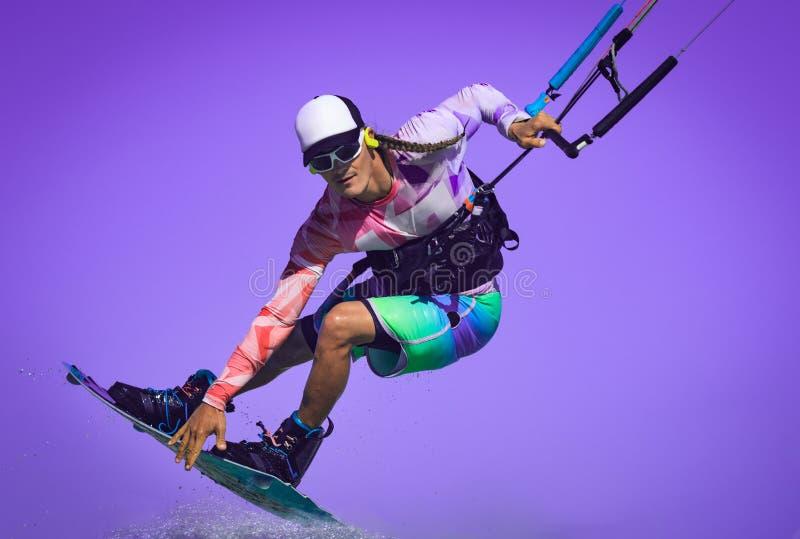 Drachenreiterabschluß herauf Porträt Berufsdracheneinstieg-Reitersportler mit Drachen in der hohen Akrobatik der Himmelsprünge, d stockbilder