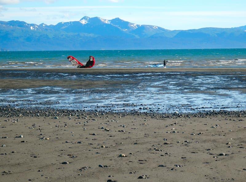 Drachensegeln in Alaska bei Ebbe stockfotografie