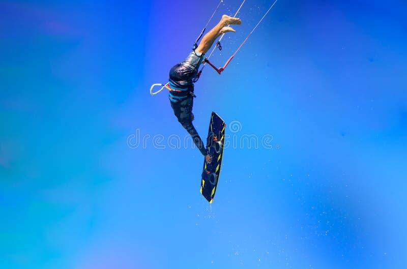 Drachensportler, der mit Spritzen des Wassers, Kristallhimmel, kiteboarding Wassersport, Berufslebenart springt Große Luft Kitebo stockfotos