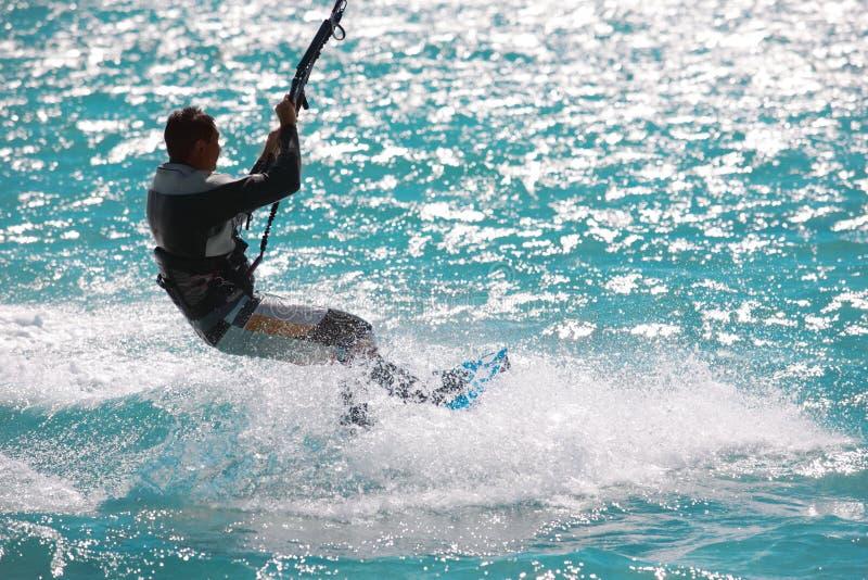 Drachensurfen. Sonne, Wind und Wellen lizenzfreies stockfoto