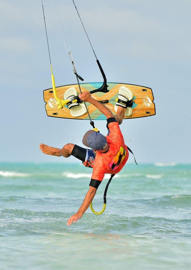 Drachensurfen Spaß im Ozean, extremer Sport stockfotografie