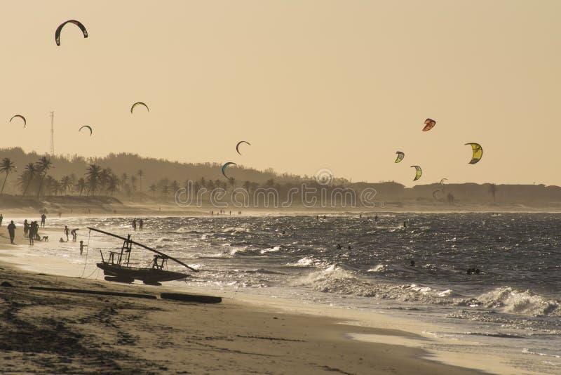 Drachensurfer auf dem Meer in Cumbuco setzen nahe Fortaleza, Brasilien auf den Strand lizenzfreies stockfoto