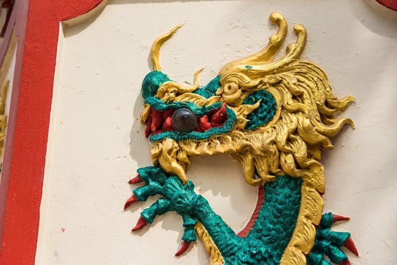 Dracheskulpturen der chinesischen Art auf den Tempelw?nden bangkok thailand lizenzfreie stockfotografie