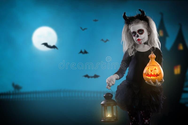 Dracula barn liten flicka med det halloween sminket bilden av jäkeln med horn arkivbilder