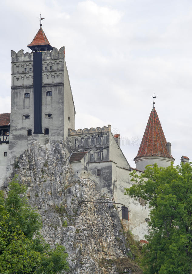 Dracula-` s Schloss, errichtet auf einem Felsen lizenzfreie stockfotos
