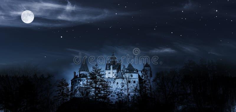 Draculakasteel in nicht met volle maan royalty-vrije stock foto