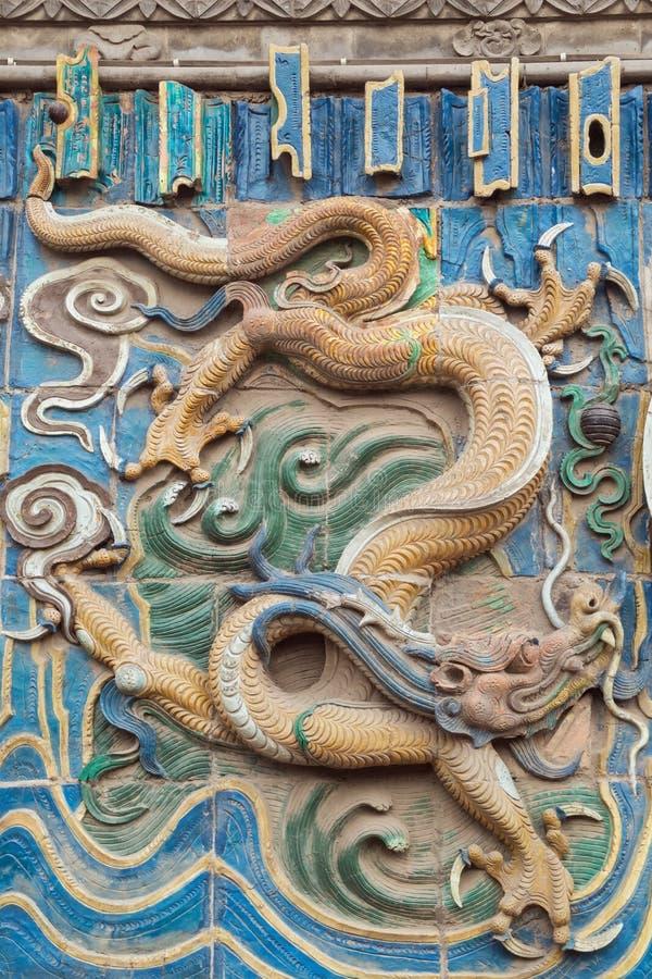 Dragão avermelhado castanho na parede do dragão nove imagem de stock