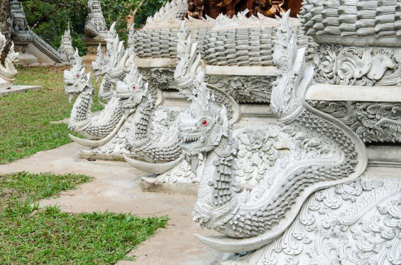 Dragão branco em torno da igreja em Tailândia foto de stock