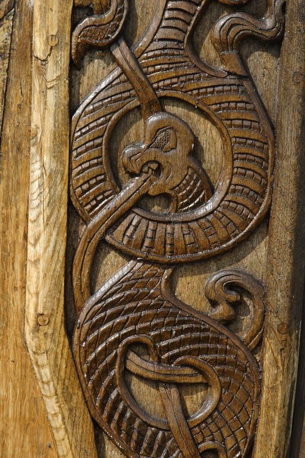 Dragão cinzelado madeira. foto de stock