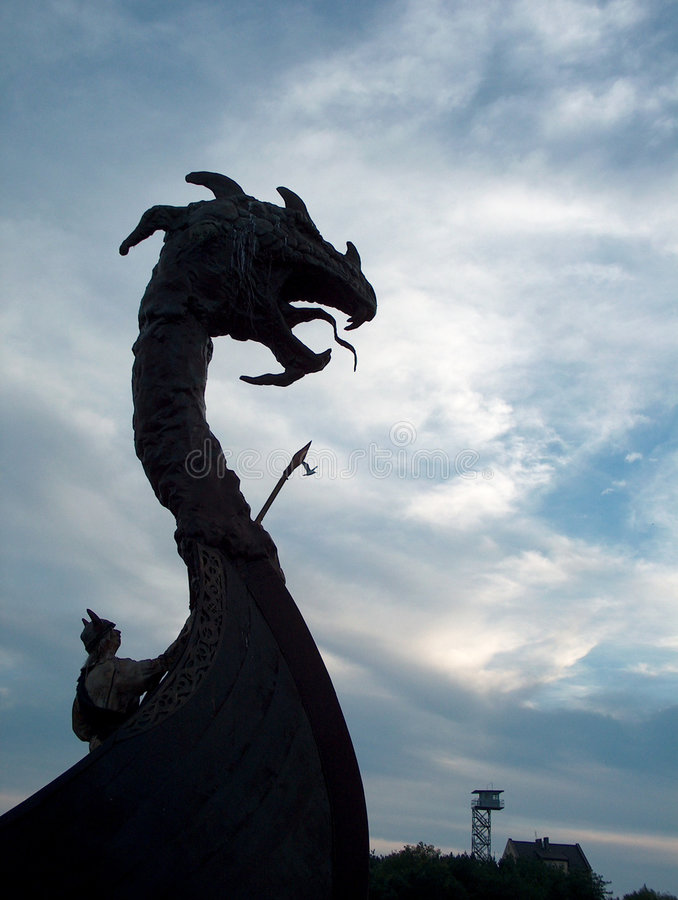 Dragão de Viquingue no barco fotografia de stock royalty free
