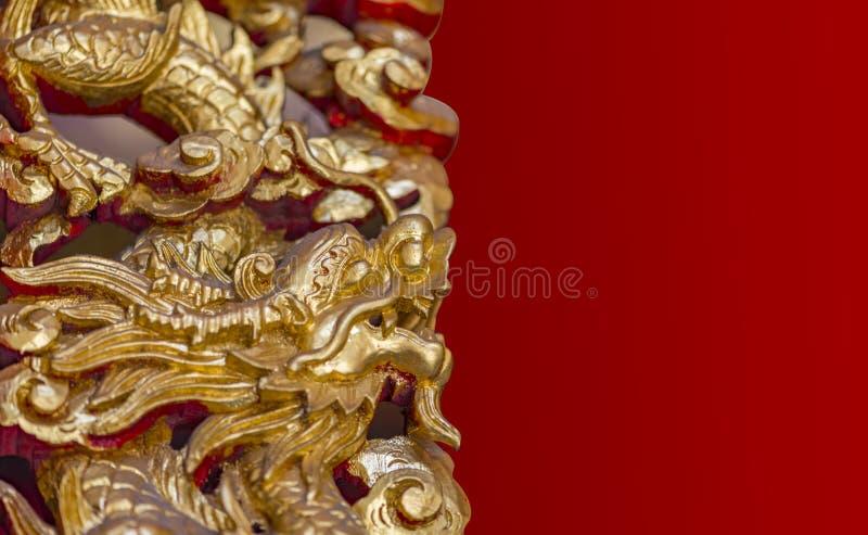 Dragão do ouro com máscara do grampeamento fotografia de stock