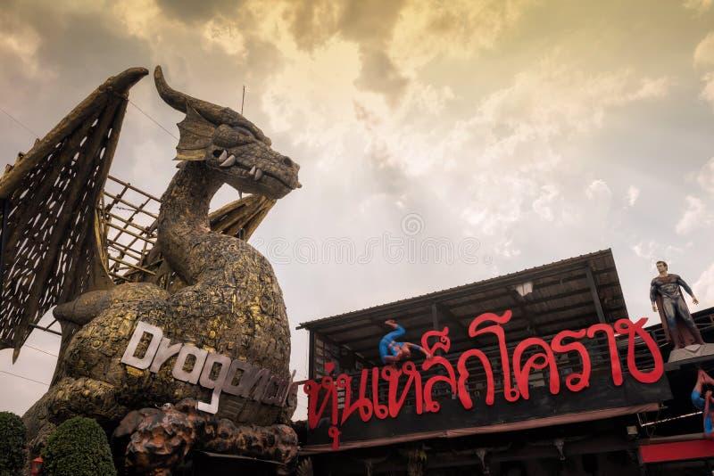 Dragão dourado em Hun Lek Korat foto de stock
