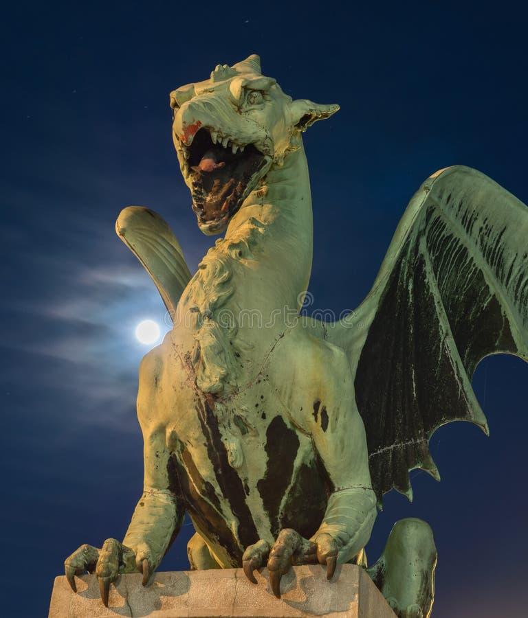 Dragão verde com super-lua imagens de stock royalty free