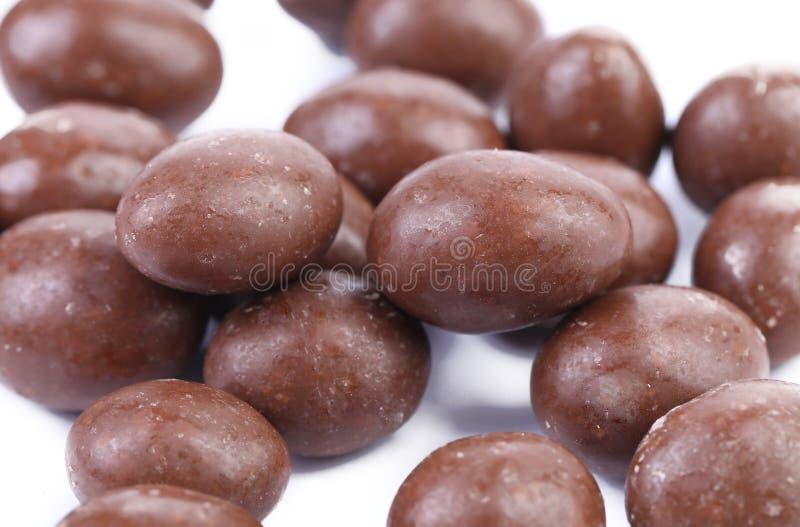 Dragée de brun foncé en chocolat couvert image stock