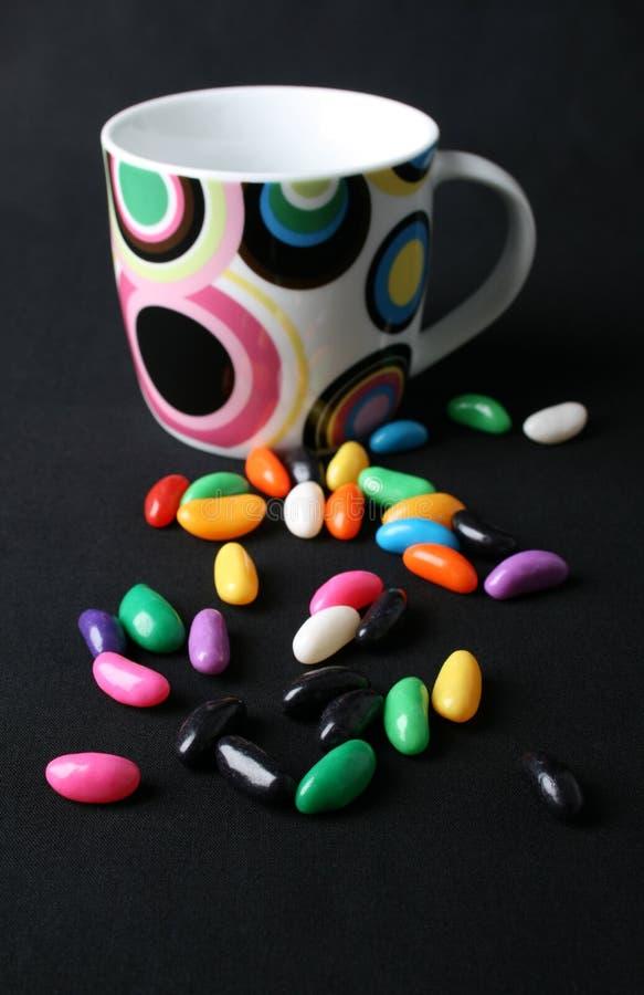 Dragées à la gelée de sucre et tasse images stock