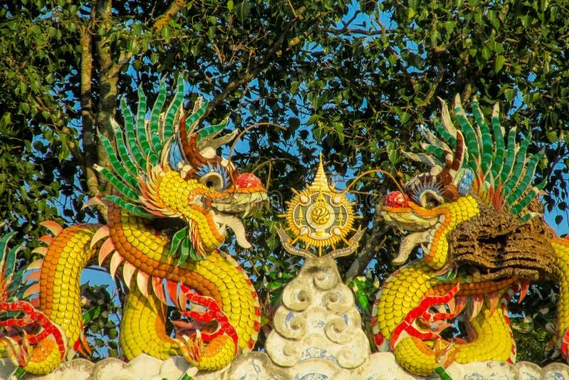 Dragón amarillo colorido asiático en el templo chino, religión de China fotografía de archivo