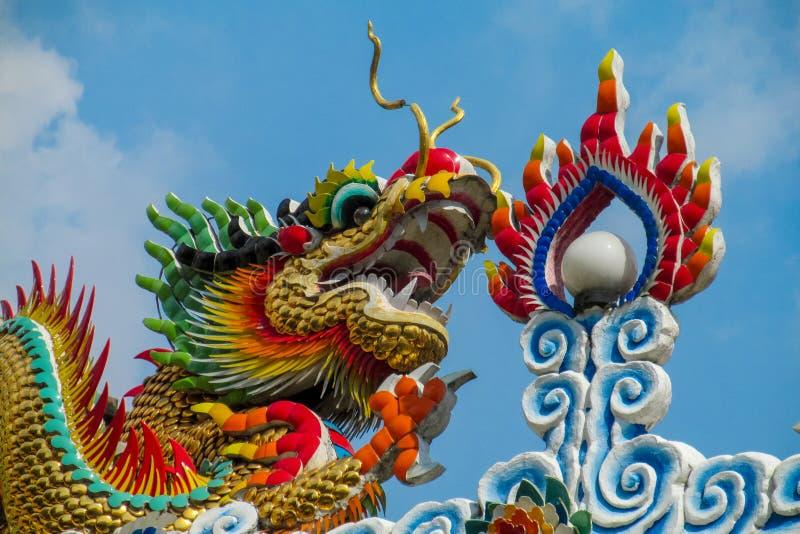 Dragón colorido asiático en el templo chino, religión de China imagenes de archivo