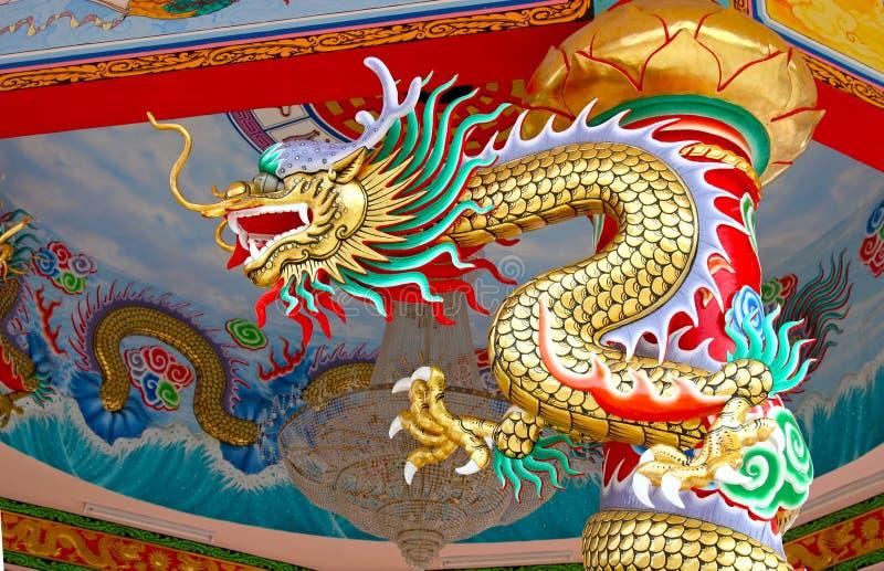 Dragón colorido de China en la azotea oriental del templo fotografía de archivo