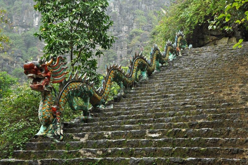 Dragón de piedra tallado Escalera ascendente a la pagoda de Hang Mua, Nin foto de archivo libre de regalías