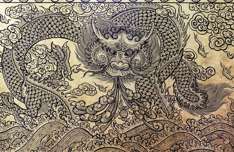 Dragón del oro en la puerta del templo tailandés imagen de archivo libre de regalías
