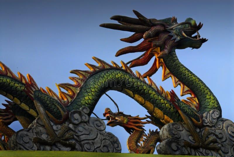 Dragón en la azotea oriental del templo fotos de archivo libres de regalías