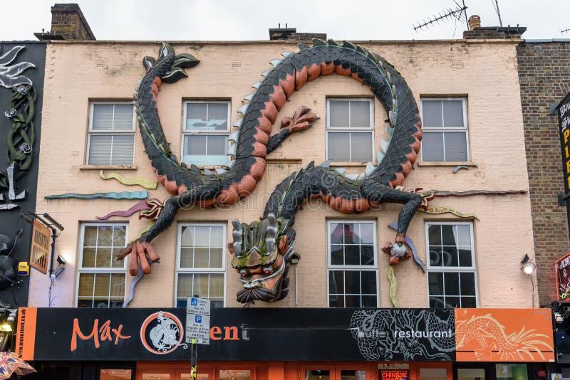 Dragón enorme en la pared en Camden Town imagenes de archivo