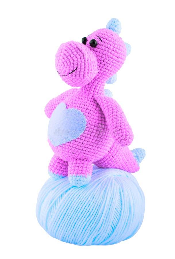 Dragón hecho punto rosa y enredo del hilado Juguetes hechos punto Amigurumi Aislado en blanco foto de archivo libre de regalías