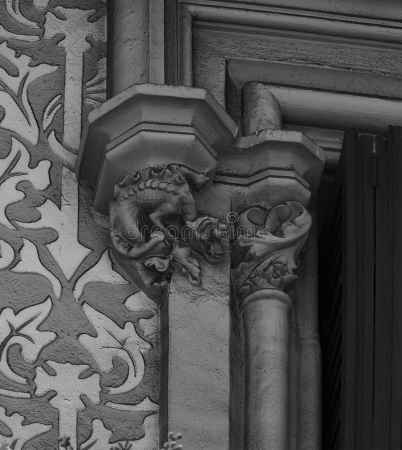 Dragón por la ventana imagen de archivo