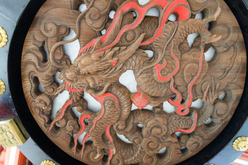 Dragón que talla bajo caída grande de la linterna japonesa sobre la puerta en el templo budista de Senso-ji foto de archivo libre de regalías
