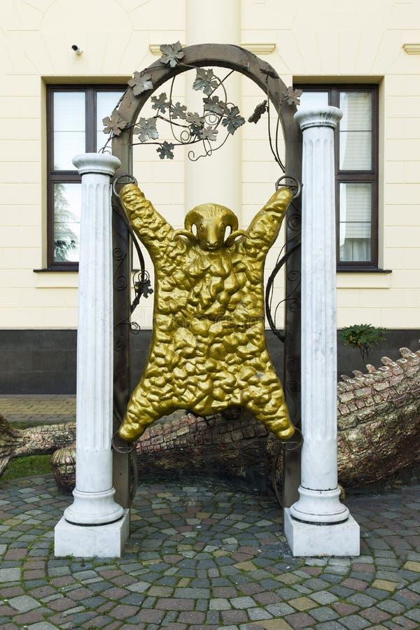 Dragón y paño grueso y suave de oro imagenes de archivo