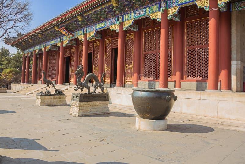 Dragón y Phoenix de bronce en el palacio de verano imagen de archivo