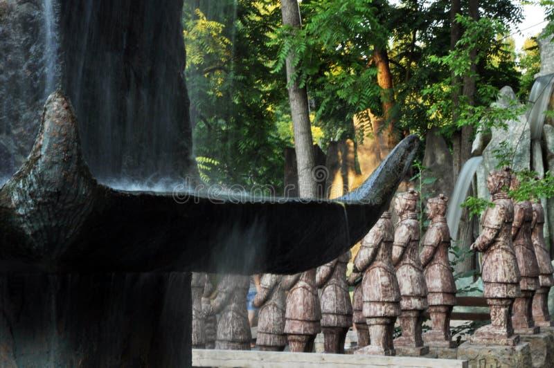 Dragões chineses, estátuas do ronin e fontes no por do sol imagem de stock