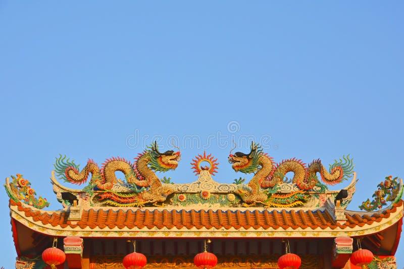 Dragões gêmeos no telhado chinês do templo foto de stock