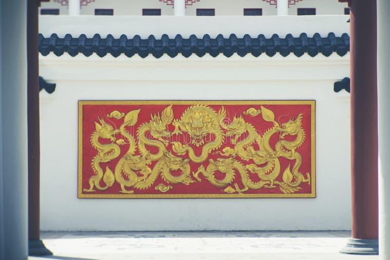 Drag?o dourado na parede foto de stock royalty free